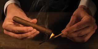 Châm lửa xì gà bằng diêm
